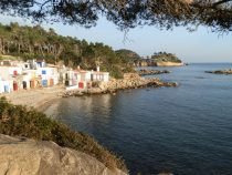 Fishermens houses in the bay between Platja de Castell and La Fosca